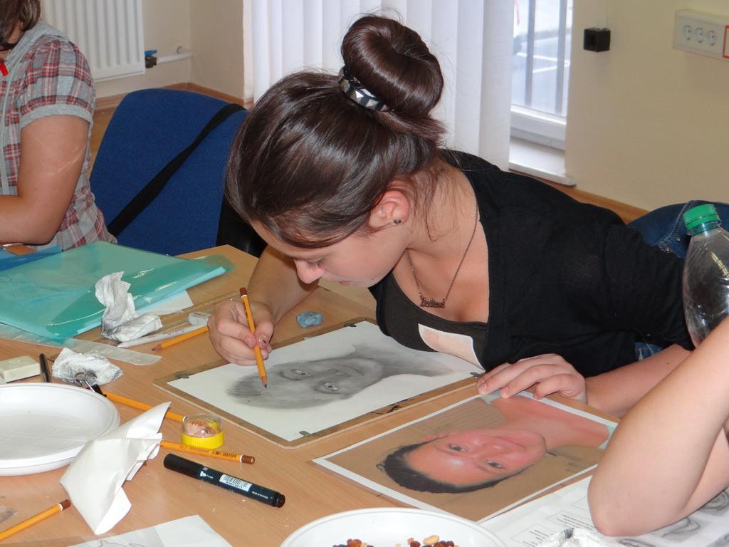 Készül az önarkép a gyermek jobb agyféltekés rajztáborban