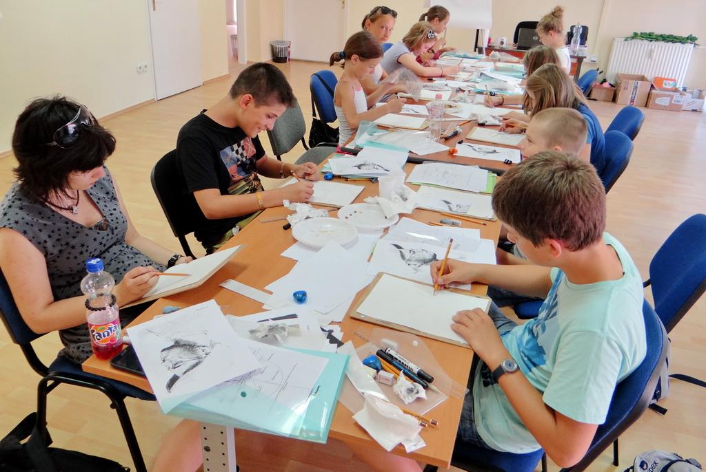 Gyermek rajztábor - készül a portré a mesterrajz alapján